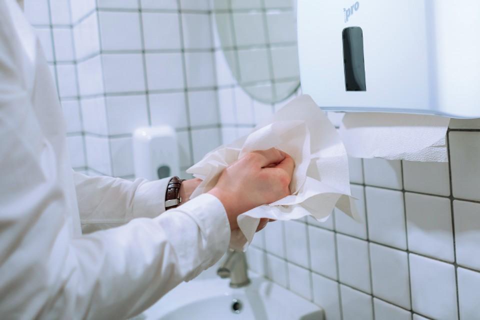Специалисты ВОЗ советуют тщательно вытирать руки бумажными полотенцами. Фото предоставлено пресс-службой Сяського ЦБК.