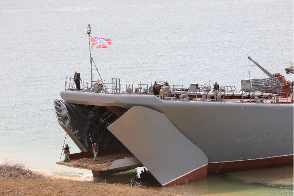 Морской десант высадился на побережье. Фото: пресс-служба ЧФ
