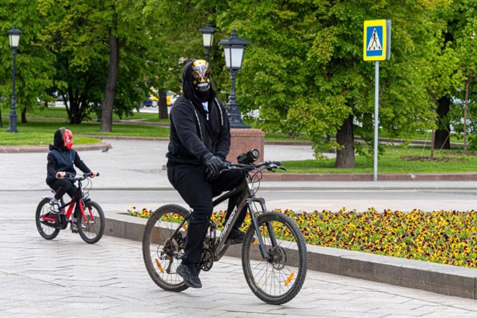 Если ребенок не желает носить маску, то на общественном транспорте лучше не ездить.
