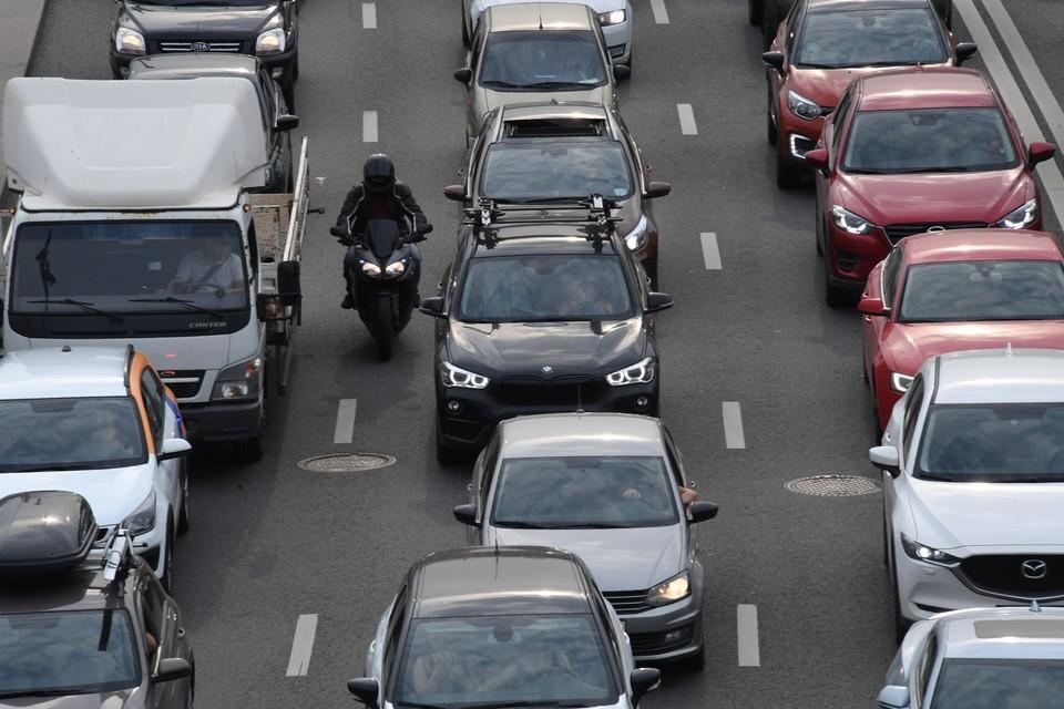 Законопроект предлагает запретить байкерам ездить между рядами машин