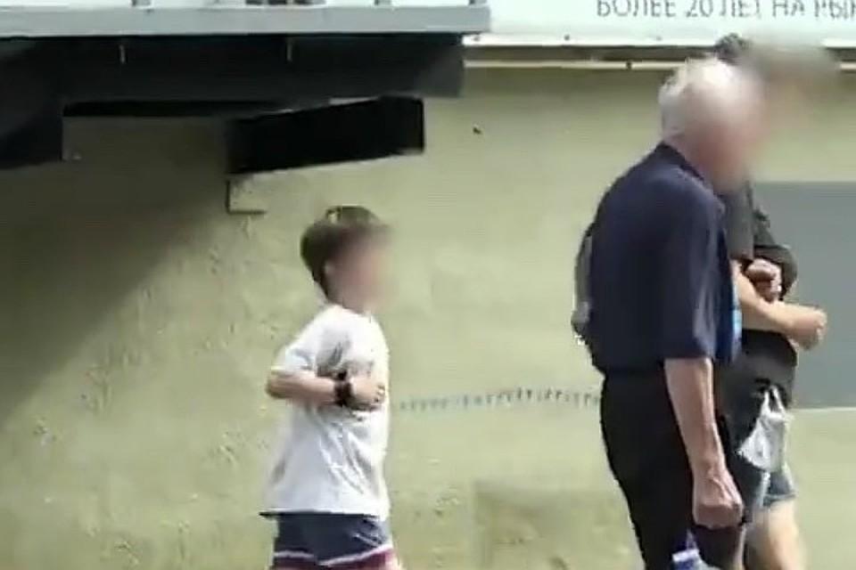 Мама объяснила, что на ребенке был не поводок, а браслет безопасности, поскольку у мальчика аутизм. Фото: кадр из видео 45.ru