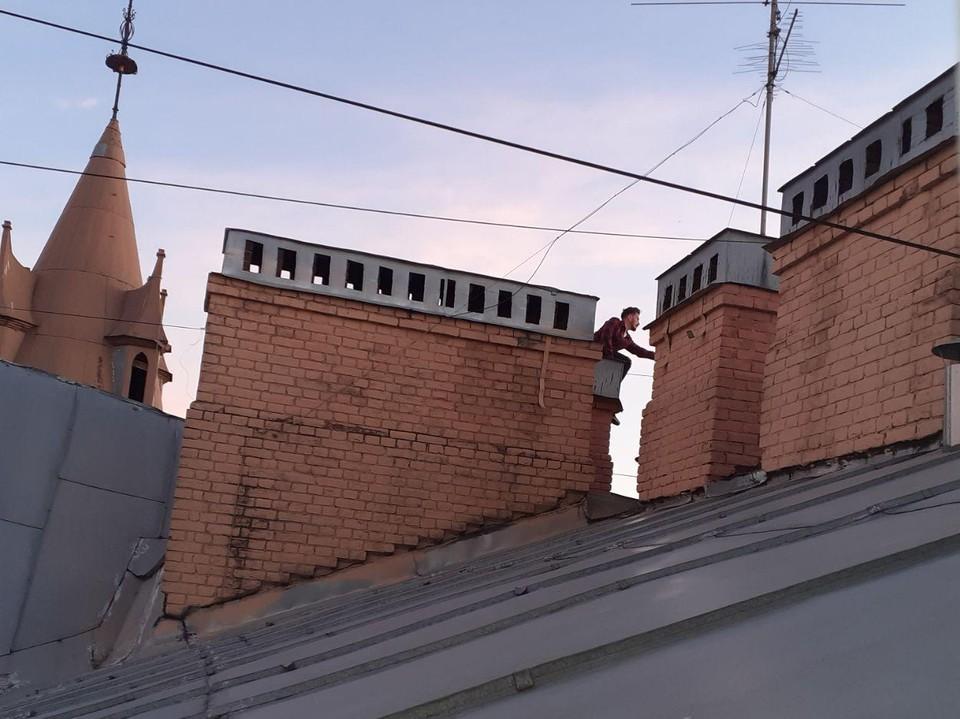 Несмотря на скользкое и крутое покрытие, петербуржцы все равно лезут на крыши в поисках острых ощущений