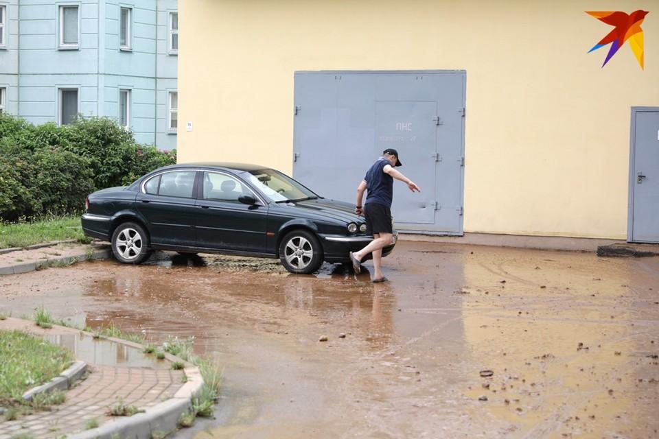 После ЧП водители поспешили спасать свои авто, которые оказались в воде.