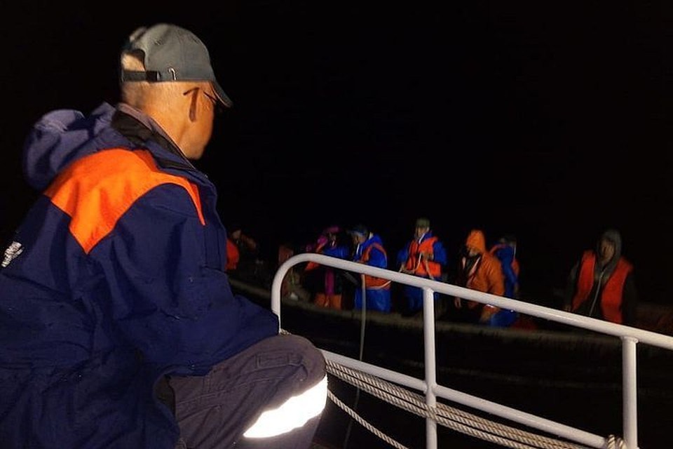 Экипажу кунгаса понадобилась профессиональная помощь спасателей. Фото: 65.mchs.gov.ru