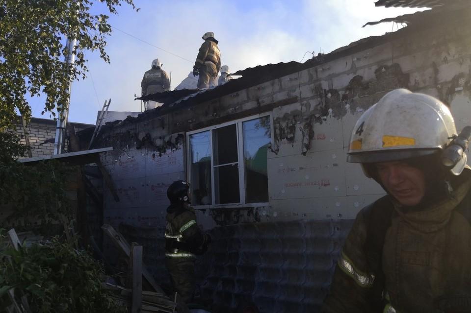 Более 40 человек тушили серьезный пожар в Барнауле.