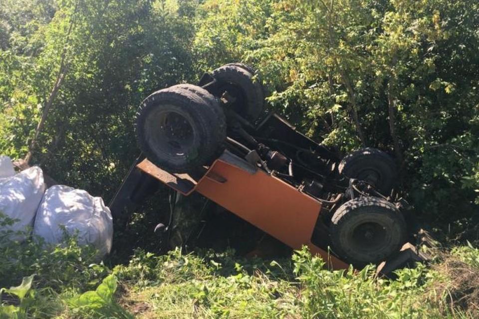 На Алтае опрокинулся погрузчик, пострадал водитель.