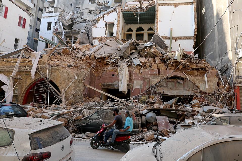 В результате взрыва 2750 тонн аммиачной селитры, которые хранились на складе в морском порту, разрушены примыкающие районы города