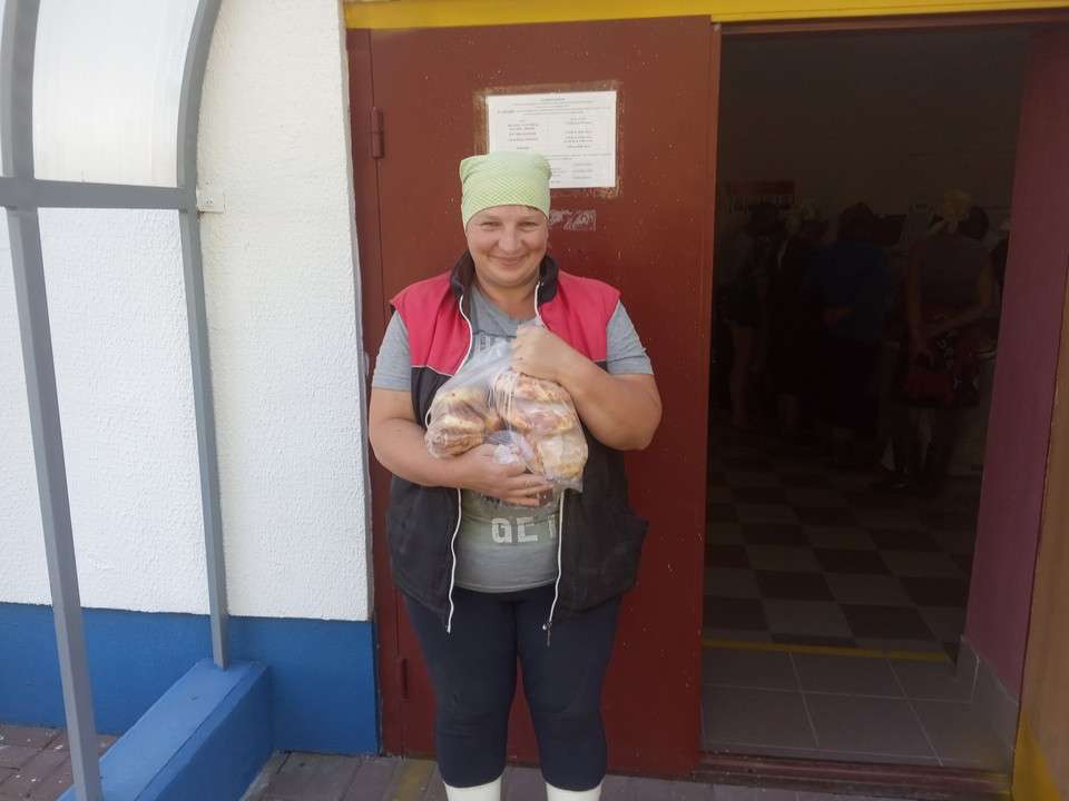 Наташа из деревни Полудетки Витебского района пришла на избирательный участок за булочками- их можно купить без денег, в счет зарплаты. А проголосовала она заранее.