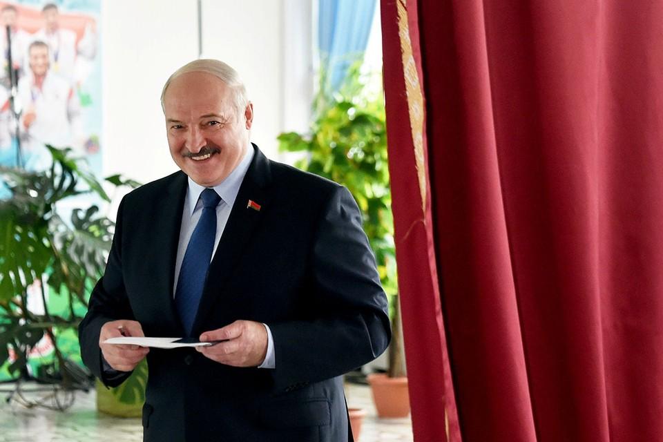 Александр Лукашенко лидирует на выборах президента Белоруссии с 79,7% голосов. Об этом сообщили госагенства Белоруссии со ссылкой на официальный экзит-пол.