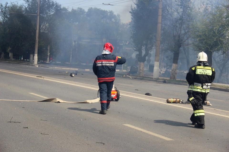 Пожар на заправке потушили, сейчас там работают следователи.
