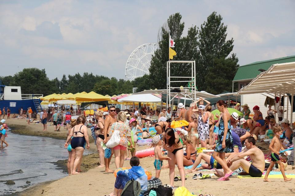 На пляжах туристы буквально лежат друг на друге - о социальной дистанции здесь никто не помнит.