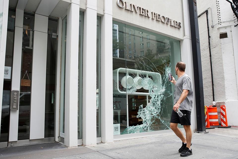 Организаторы демонстрации выбрали для ее проведения один из самых дорогих кварталов Чикаго, где быстро разграбили магазины и бутики.