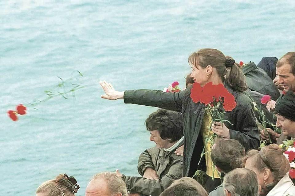 Родные подводников на месте их гибели опускали на воду венки и цветы.