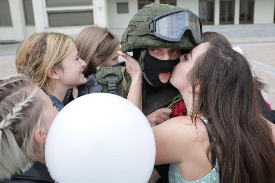 Девушки целуют солдата из оцепления на Площади Независимости в Минске, после того как прозвучал приказ опустить щиты и атмосфера разрядилась.