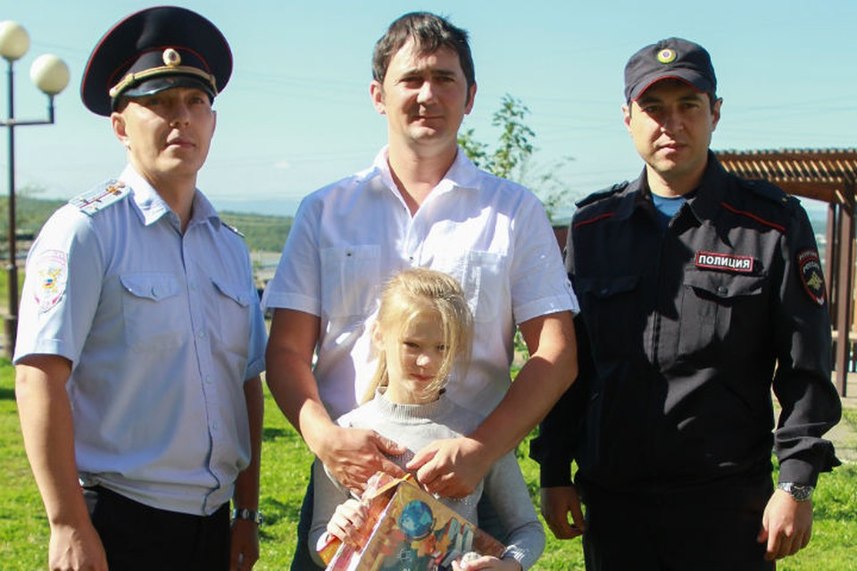 Станислав Хлебодаров (слева), отец девочки Яков и Александр Соловьев (справа)