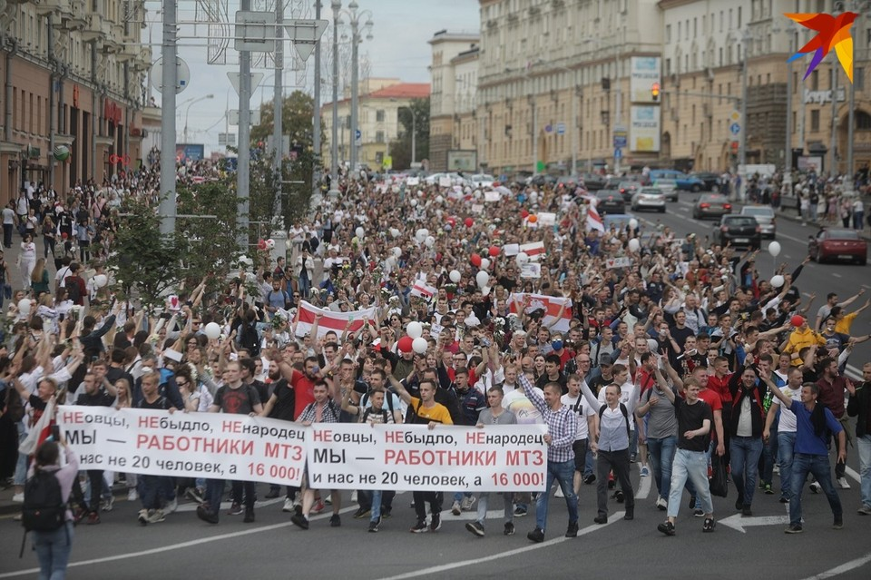 14 августа рабочие МТЗ прошли через весь город к Дому правительства.