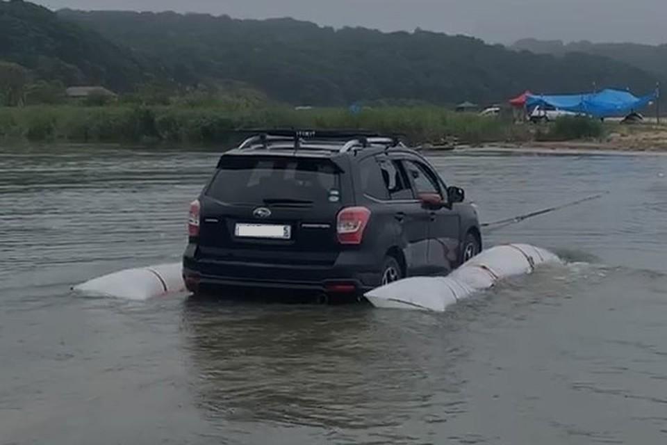 машины эвакуируют с затопленного участка