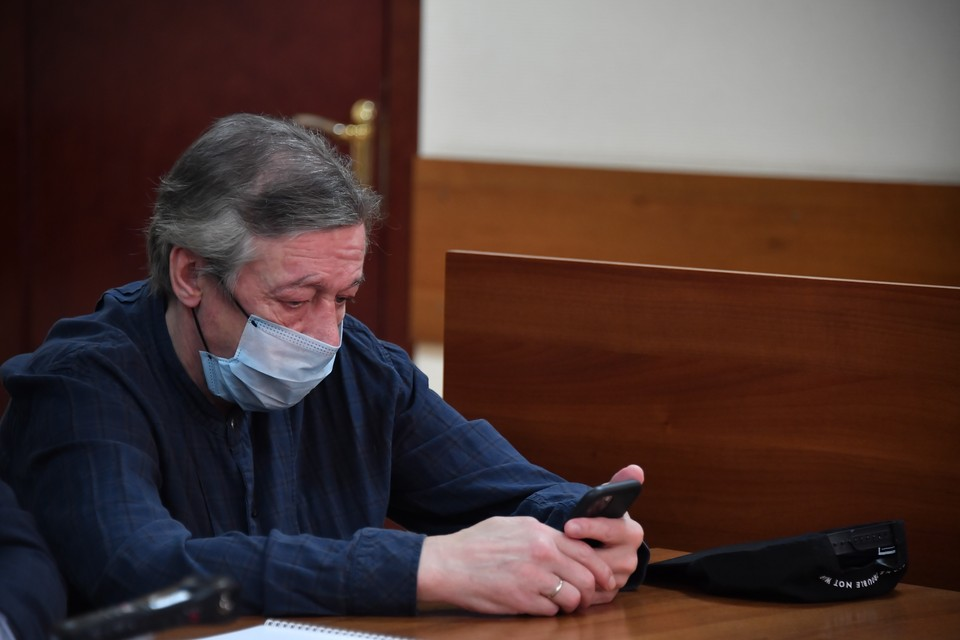 Михаил Ефремов отвечал на вопросы суда.