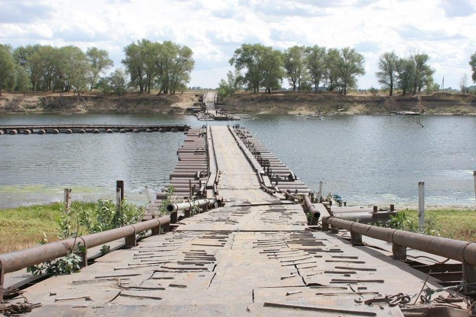 Мост сделали в 2009 году из старых военных понтонов. За 11 лет он просто сгнил. Фото из архива КП.