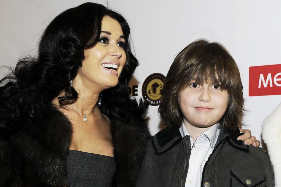 Анастасия Заворотнюк родила сына Майкла в браке с бизнесменом Дмитрием Стрюковым.
