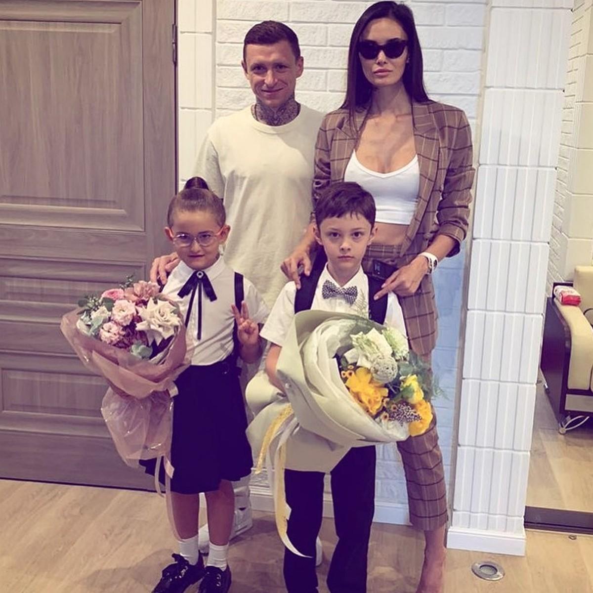 Сын — в мамочку, дочь — в папочку»: Алана и Павел Мамаевы отвели детей в школу