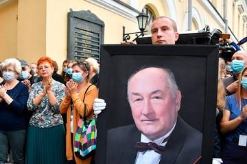 """""""Он был сильным человеком"""": Бориса Клюева провожали аплодисментами его ученики, поклонники и коллеги"""