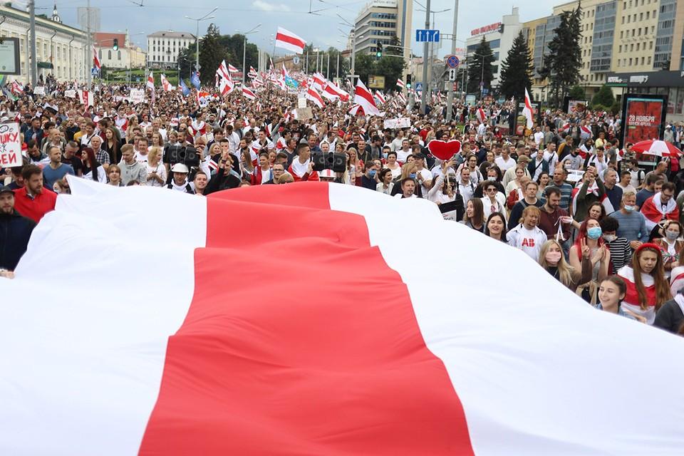 В столице Белоруссии в воскресенье снова под 100 тысяч человек прошли маршем протеста.