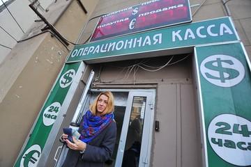 Страх перед новыми санкциями: Курс евро превысил 90 рублей