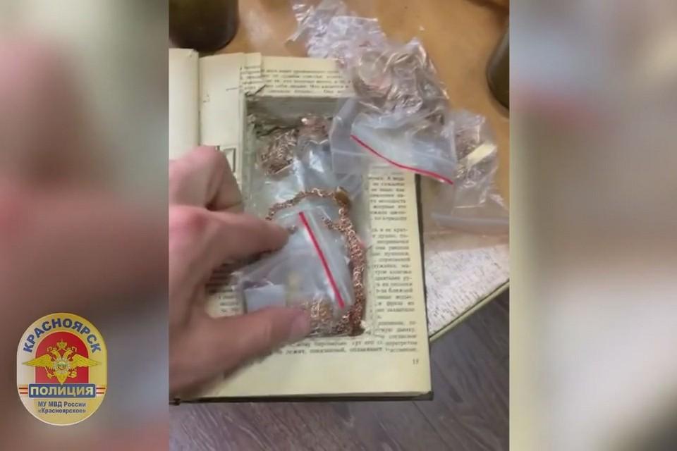 В Красноярске полицейские прошлись по ювелирным салонам и изъяли 2 килограмма золота. Стоп-кадр видео