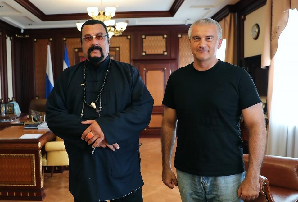 Стивен Сигал приехал в Крым 5 сентября. Фото: пресс-служба главы РК.
