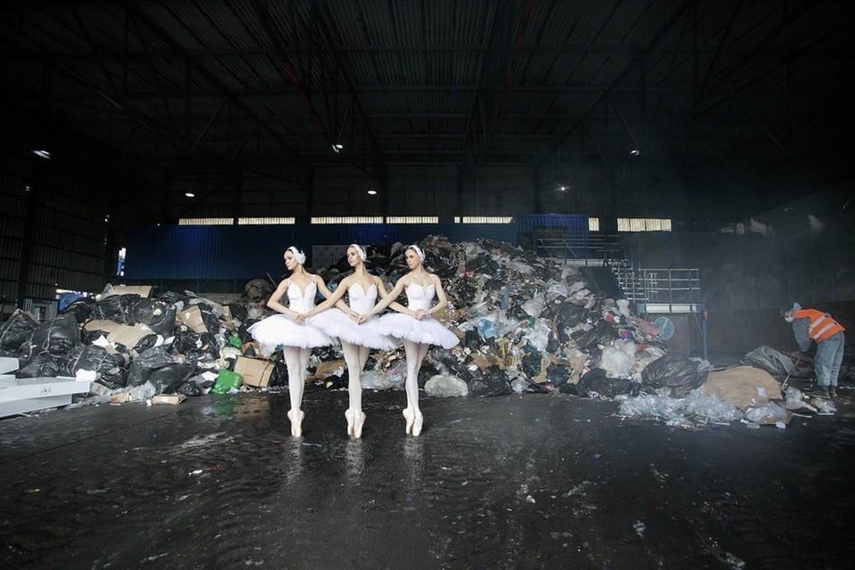 Тройка маленьких лебедей, артистки Екатерина Петрова, Ольга Семёнова, Злата Ялинич. Фото предоставлено Марией Рылеевой-Коган