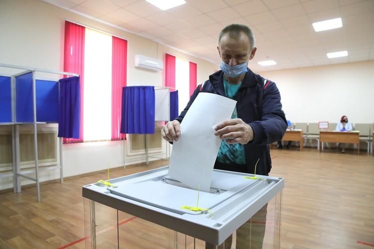 Первые избиратели уже пришли отдать свой голос. Фото: Правительство РО.