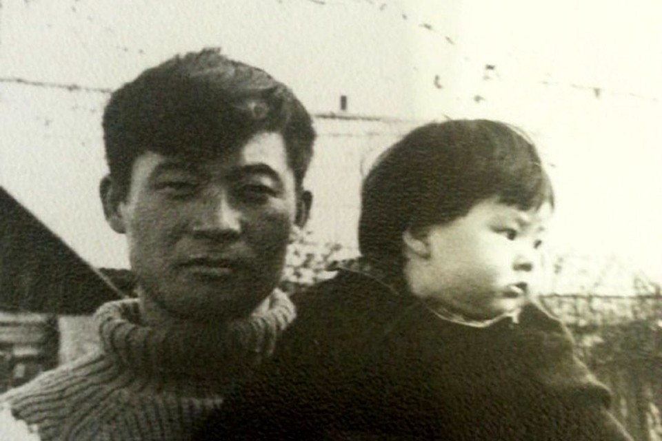 Алена на руках у отца. Фото: личный архив.