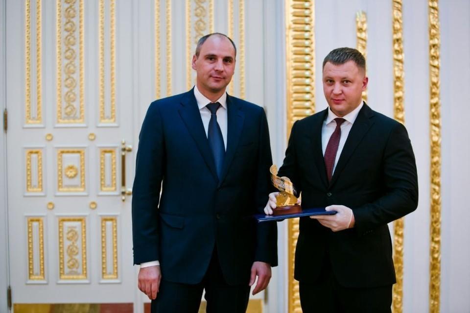 Денис Паслер вручил награду Евгению Загребельному. Фото пресс-службы «Газпромнефть-Оренбург»