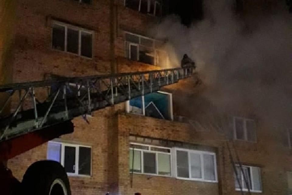Было видно как языки пламени вырывались из окна квартиры наружу.