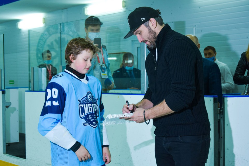 Александр Овечкин оставил автографы и пожал руки юным хоккеистам.