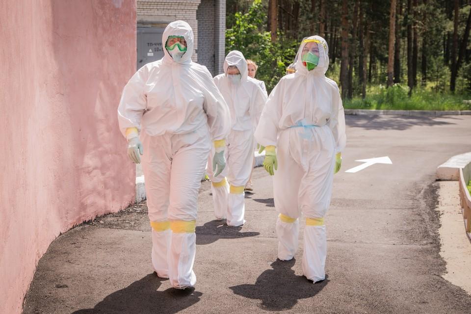 Медикам приходилось проводить в защитных костюмах многие часы. Фото предоставлено ОКБ.