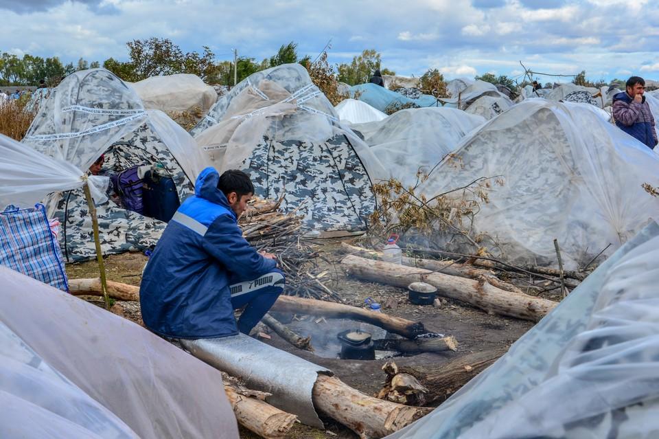 В Самарской области раскинулся лагерь мигрантов, которые пытаются попасть на родину, в Узбекистан.