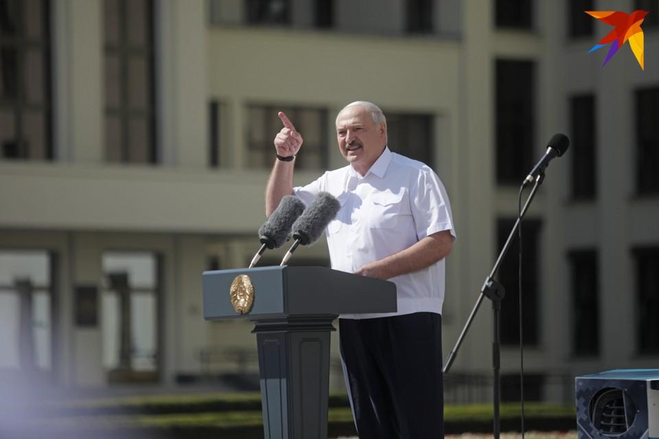 """""""Мы вынуждены отвести войска с улиц, пол-армии поставить под ружье и закрыть государственную границу с запада"""", - сообщил Лукашенко."""