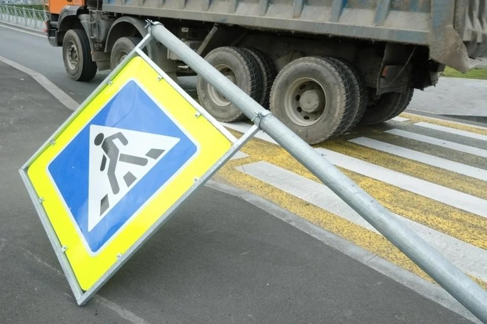 Двух пешеходов сбили на перекрестке Благодатной улицы с Московским проспектом.