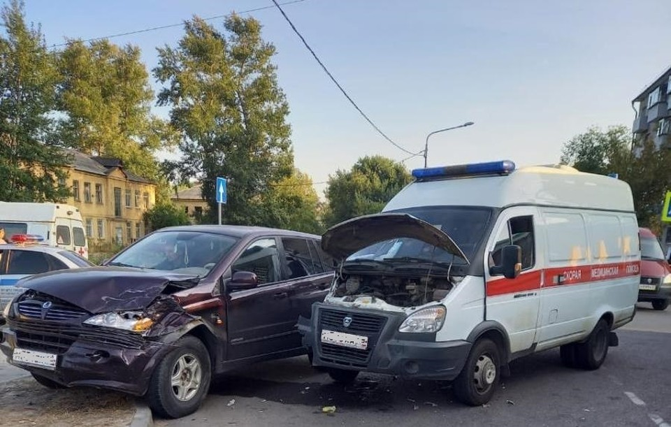 В Липецке столкнулись иномарка и скорая помощь