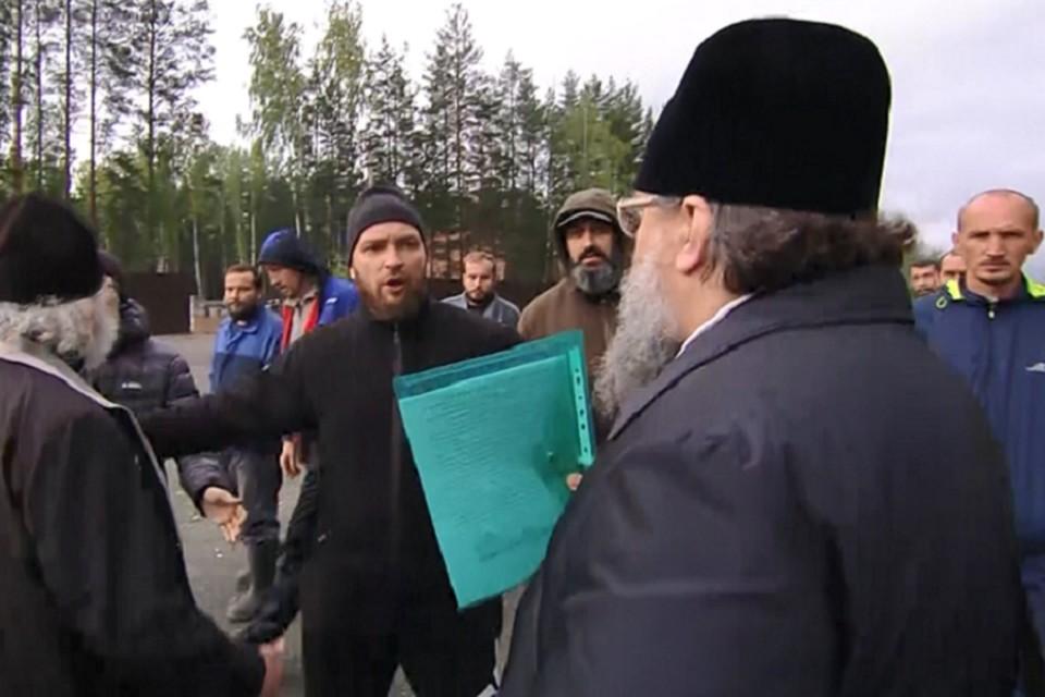 На территорию монастыря представителей Екатеринбургской епархии так и не пустили. Фото: скриншот видео