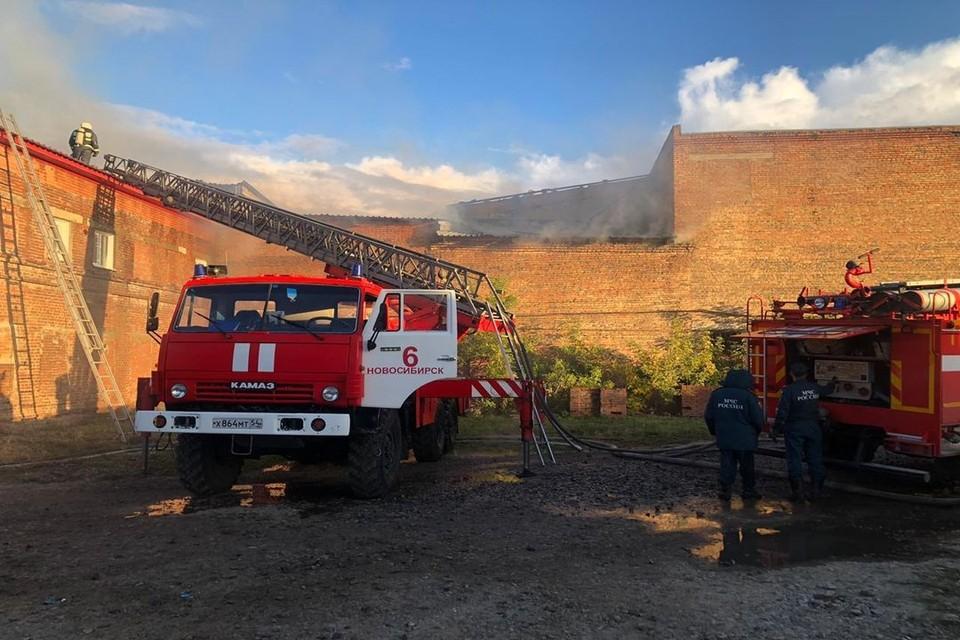 В Новосибирске у производственного здания загорелась крыша. Фото: МЧС по Новосибирской области