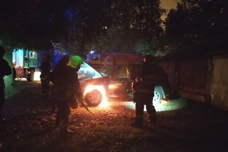 Неизвестные подожгли машину журналиста. Фото: СК