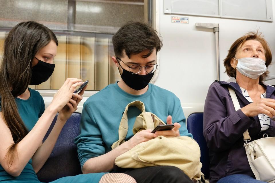 Носить маску в метро Санкт-Петербурга нужно до 11 октября 2020 года.