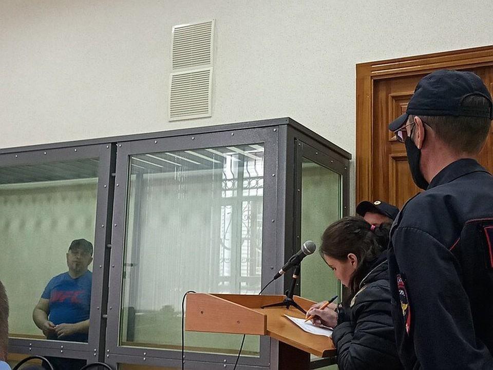 Зинаида Проскурина (на фото подписывает документ) недавно давала в суде показания против своего супруга