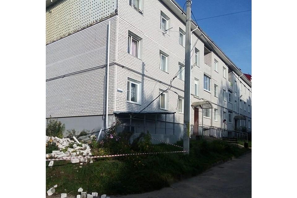 С фасада дома осыпался облицовочный кирпич Фото: СУ СК РФ по Тверской области