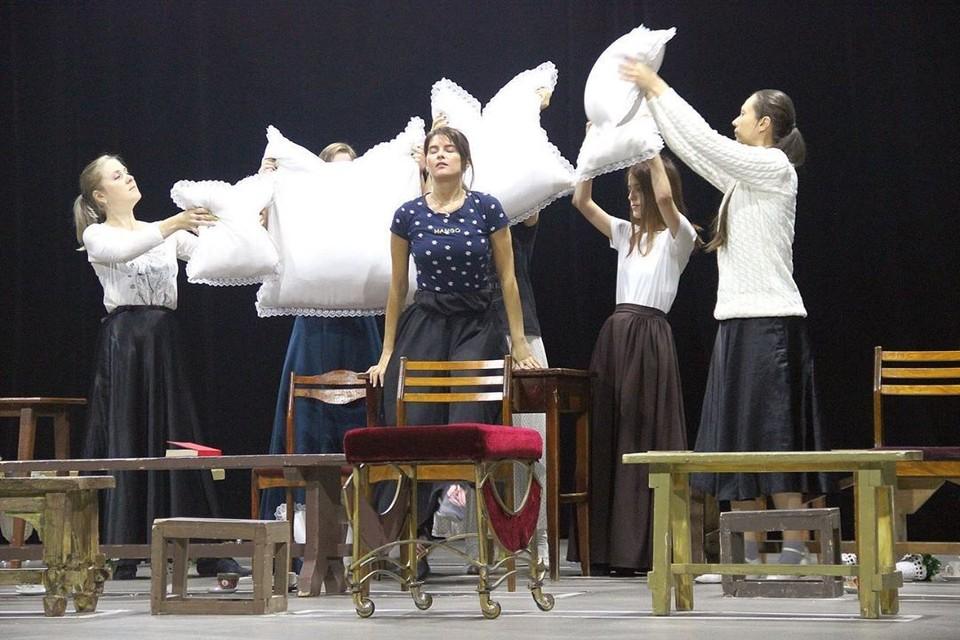 Премьерный спектакль в Амурском областном театре драмы репетируют уже несколько месяцев. Фото: instagram.com/amurteatr_ru/
