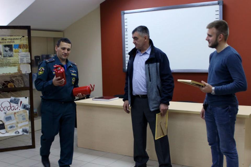 Четверо иркутян, которые спасли водителя из горящей машины, получили награды от МЧС. Фото: ГУ МЧС России по Иркутской области.