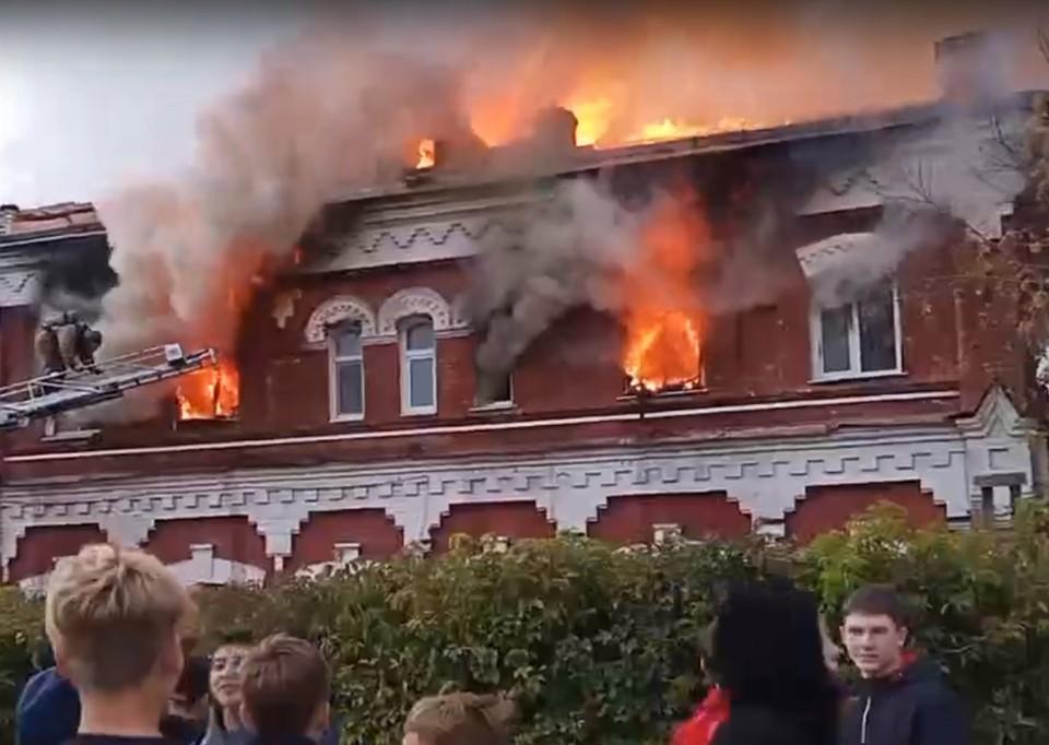 Старинная типография в центре Канска сгорела в третий раз за два года. Фото: стоп-кадр Лимон ТВ.